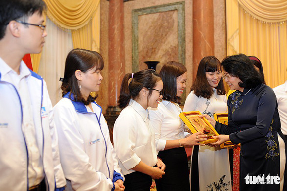 Phó chủ tịch nước tôn vinh giáo viên dạy trẻ khuyết tật - Ảnh 2.