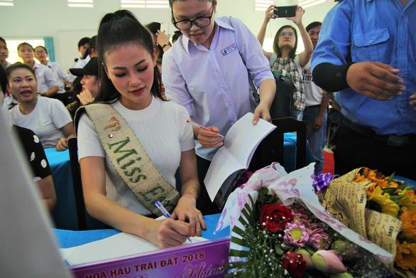 Hoa hậu Phương Khánh giản dị ngày về thăm trường cũ - Ảnh 3.