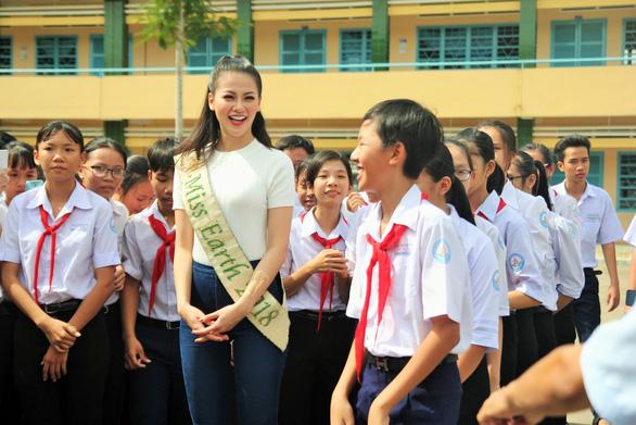 Hoa hậu Phương Khánh giản dị ngày về thăm trường cũ - Ảnh 5.