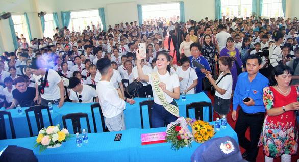 Hoa hậu Phương Khánh giản dị ngày về thăm trường cũ - Ảnh 6.