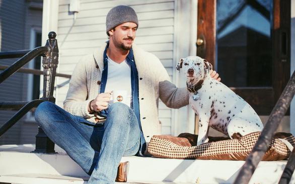 Mở thương hiệu cà phê cứu chó, chàng trai thu 1 triệu USD - Ảnh 2.