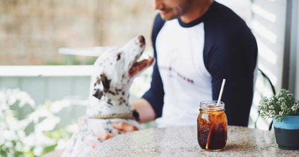 Mở thương hiệu cà phê cứu chó, chàng trai thu 1 triệu USD - Ảnh 5.