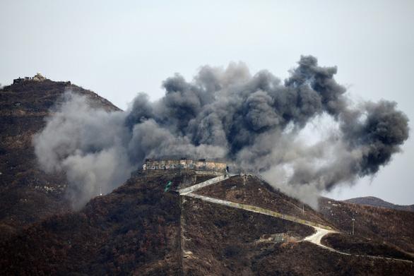 Ấn tượng với cảnh trạm gác trong DMZ nổ tung - Ảnh 1.