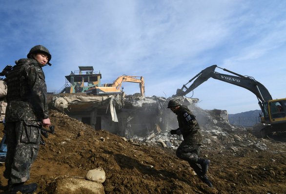 Ấn tượng với cảnh trạm gác trong DMZ nổ tung - Ảnh 4.
