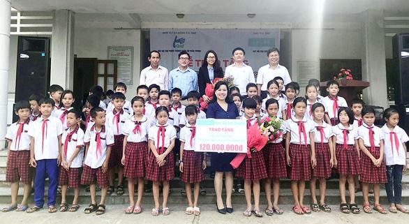 Chubb Life Việt Nam trao tặng thiết bị dạy và học tại 06 tỉnh miền Trung - Ảnh 2.