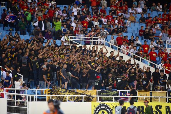 Cổ động viên Malaysia giận dữ vì thất bại của đội nhà - Ảnh 1.