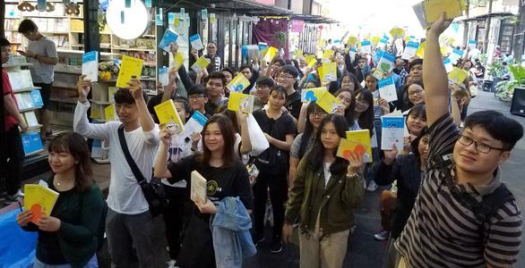 Hàng trăm bạn đọc chờ Nguyễn Nhật Ánh ký sách Cảm ơn người lớn - Ảnh 2.