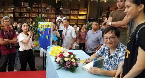 Hàng trăm bạn đọc chờ Nguyễn Nhật Ánh ký sách Cảm ơn người lớn - Ảnh 1.