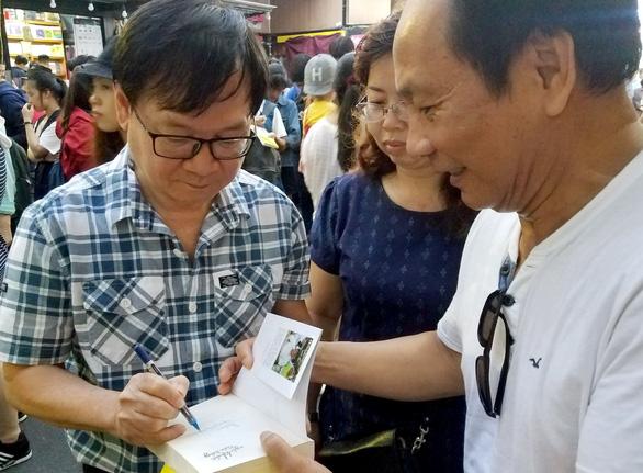 Hàng trăm bạn đọc chờ Nguyễn Nhật Ánh ký sách Cảm ơn người lớn - Ảnh 3.