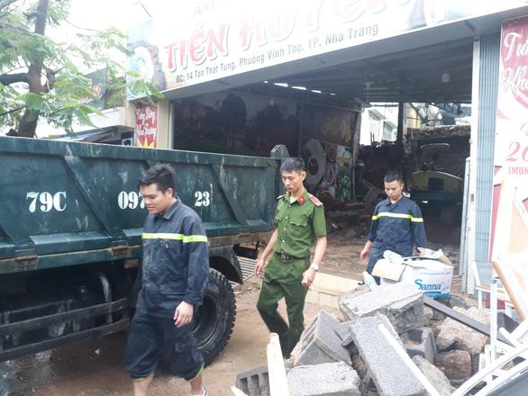 Sạt lở đất, hai mẹ con chết thảm trong quán ăn ở Nha Trang - Ảnh 3.