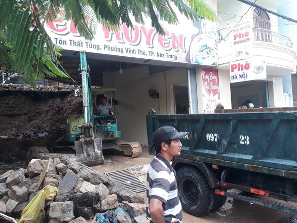 Sạt lở đất, hai mẹ con chết thảm trong quán ăn ở Nha Trang - Ảnh 5.