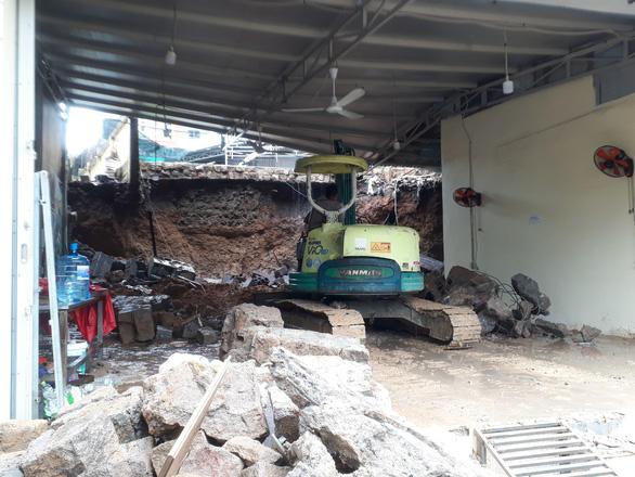 Sạt lở đất, hai mẹ con chết thảm trong quán ăn ở Nha Trang - Ảnh 6.