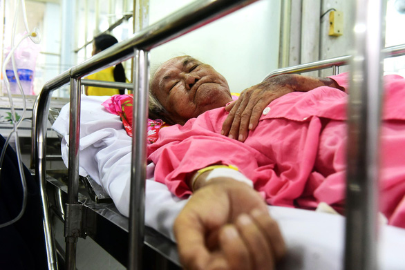 Cụ ông một mình nằm cấp cứu gần tuần ở Chợ Rẫy - Ảnh 4.