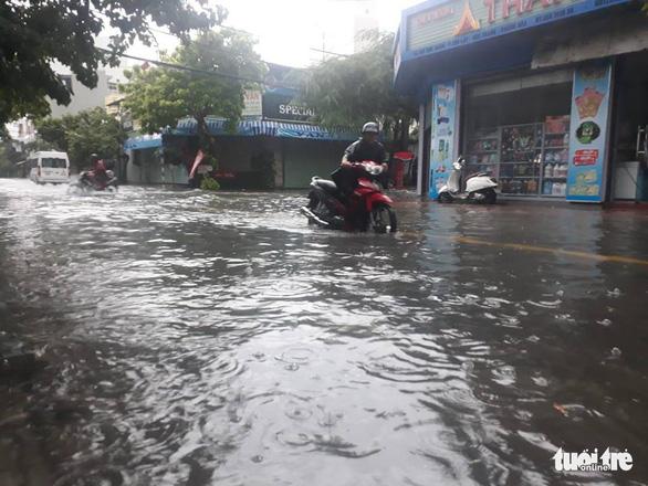 Mưa lớn, nhiều tuyến phố Nha Trang biến thành sông - Ảnh 7.