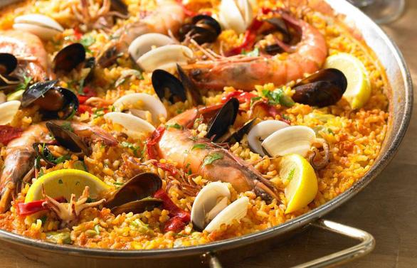 Ghé Tây Ban Nha đừng quên ăn thử cơm paella - Ảnh 1.