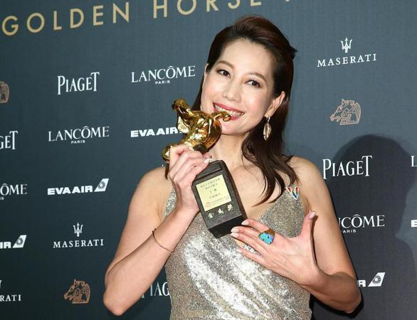 Trương Nghệ Mưu đoạt giải Kim Mã, Củng Lợi bật khóc - Ảnh 9.