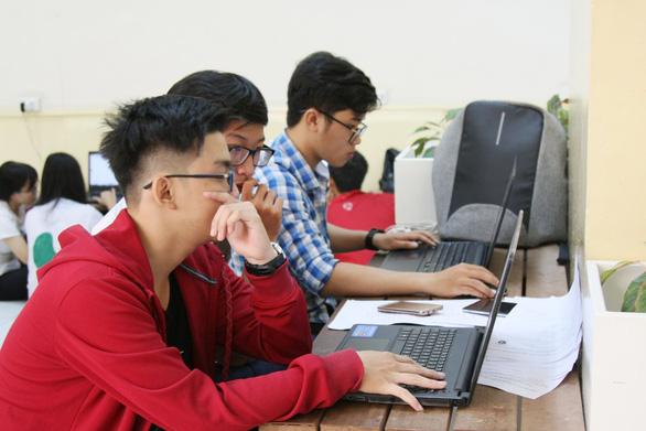Nhiều trường đại học cho sinh viên học tập trung, vẫn duy trì dạy online - Ảnh 1.
