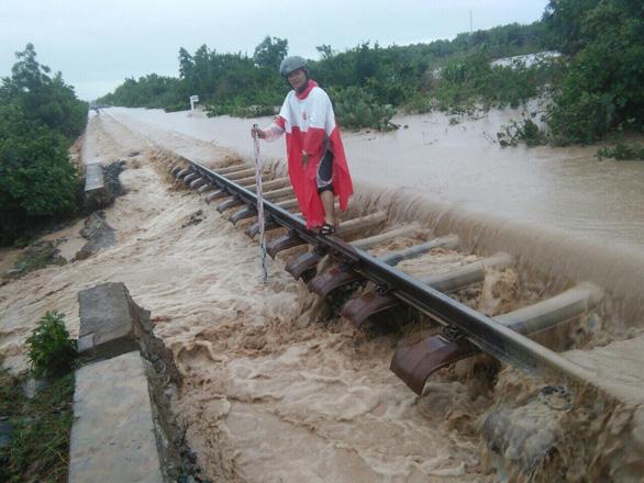 Tuyến đường sắt Bắc - Nam thông suốt sau nhiều giờ tê liệt - Ảnh 1.