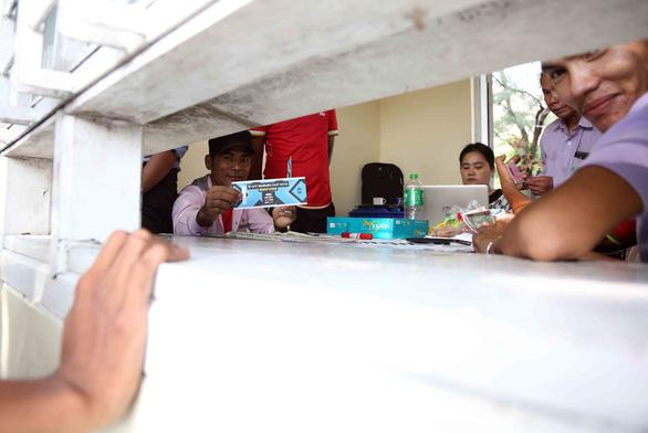 Mua vé xem bóng đá ở Myanmar không khổ như VN - Ảnh 6.