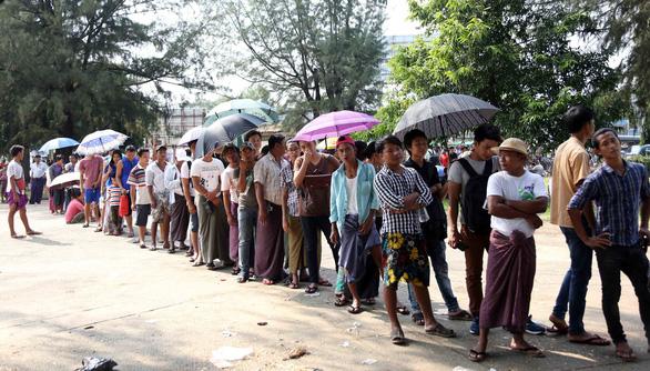 Mua vé xem bóng đá ở Myanmar không khổ như VN - Ảnh 2.