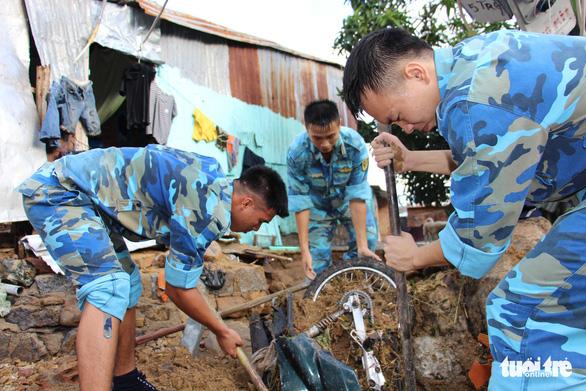 Quân đội dồn sức cứu người bị nạn trong sạt lở tại Nha Trang - Ảnh 1.