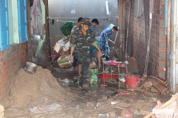 Quân đội dồn sức cứu người bị nạn trong sạt lở tại Nha Trang - Ảnh 3.