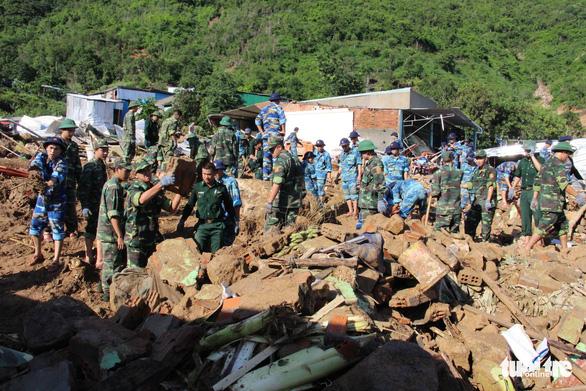 Quân đội dồn sức cứu người bị nạn trong sạt lở tại Nha Trang - Ảnh 2.