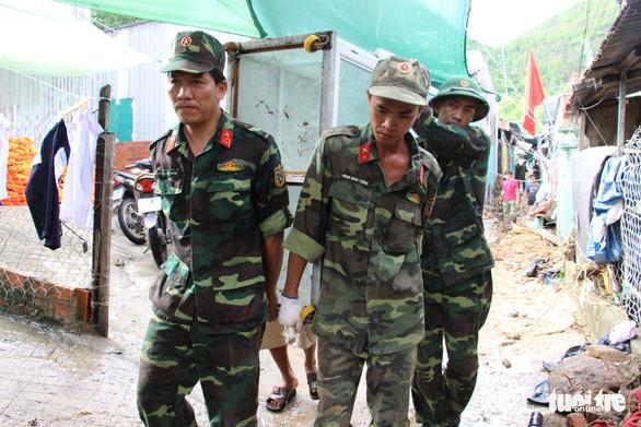 Quân đội dồn sức cứu người bị nạn trong sạt lở tại Nha Trang - Ảnh 8.