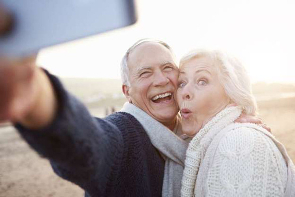 'Độ' smartphone cho người lớn tuổi sử dụng dễ hơn - Ảnh 1.