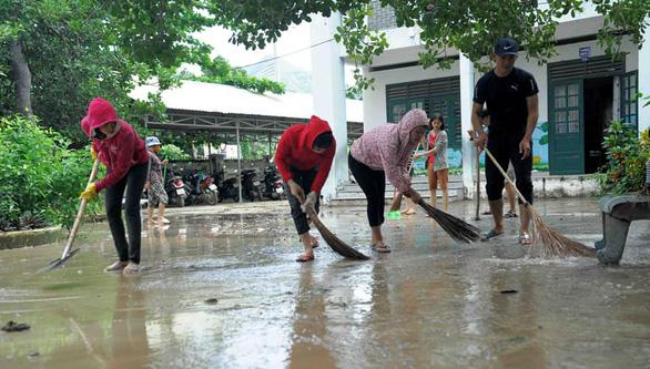 Thầy cô tạm quên 20-11 để quét dọn bùn đất trường lớp sau lũ - Ảnh 6.