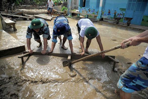 Thầy cô tạm quên 20-11 để quét dọn bùn đất trường lớp sau lũ - Ảnh 4.