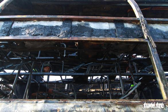 Hai xe giường nằm đậu trong bến xe bất ngờ cháy trơ khung - Ảnh 4.