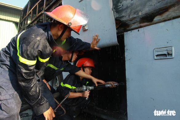 Hai xe giường nằm đậu trong bến xe bất ngờ cháy trơ khung - Ảnh 5.