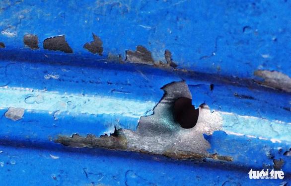 50 quái xế đập phá, nổ súng vào nhà dân trong đêm - Ảnh 3.