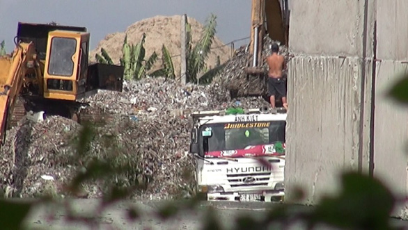 Xe ben đang chờ để  dỡ rác xuống. (Ảnh: Internet)