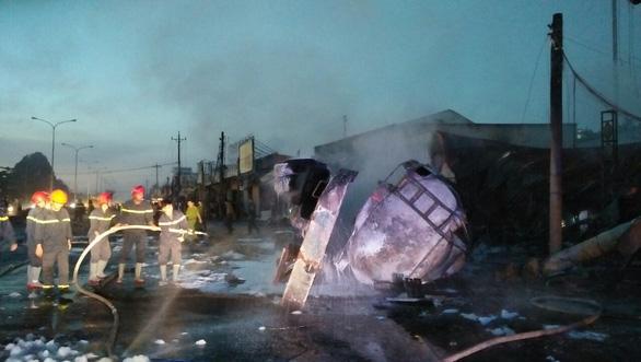 Cháy xe bồn chở xăng, 6 người chết, 19 ngôi nhà cháy rụi - Ảnh 2.