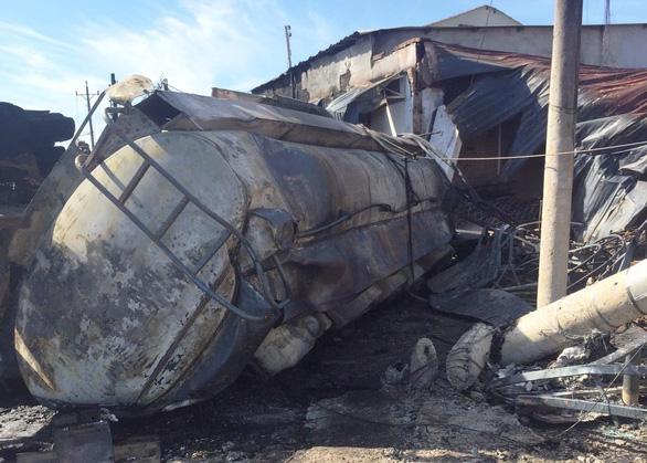 Cháy xe bồn chở xăng, 6 người chết, 19 ngôi nhà cháy rụi - Ảnh 8.