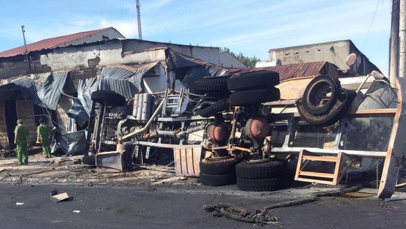 Cháy xe bồn chở xăng, 6 người chết, 19 ngôi nhà cháy rụi - Ảnh 7.
