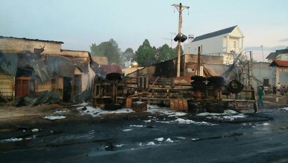 Cháy xe bồn chở xăng, 6 người chết, 19 ngôi nhà cháy rụi - Ảnh 5.