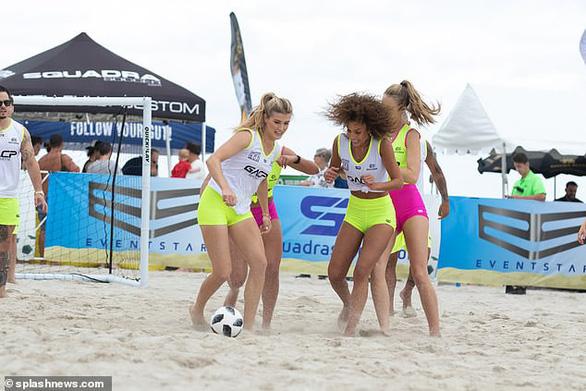 Hoa hậu quần vợt Bouchard trổ tài đá bóng - Ảnh 2.