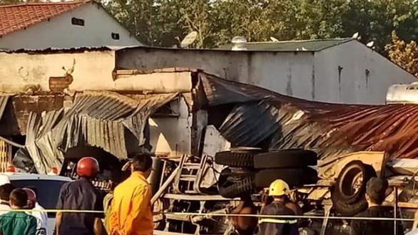 Cháy xe bồn chở xăng, 6 người chết, 19 ngôi nhà cháy rụi - Ảnh 6.