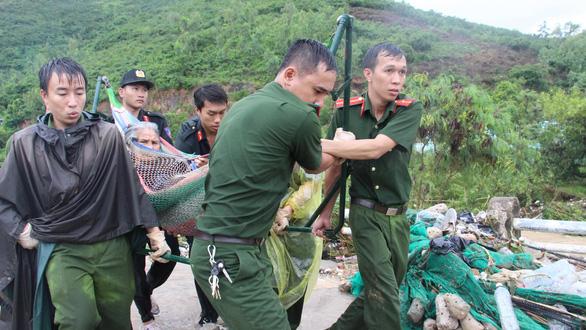 Cật lực cứu người trong vụ sạt lở ở Nha Trang - Ảnh 1.