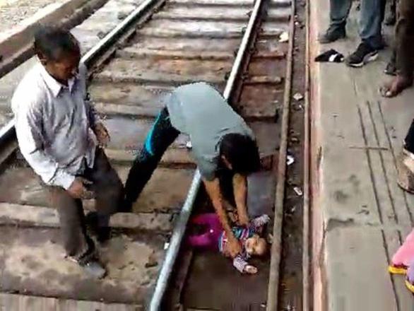 Bé gái 1 tuổi sống sót kỳ diệu khi xe lửa lao qua - Ảnh 2.