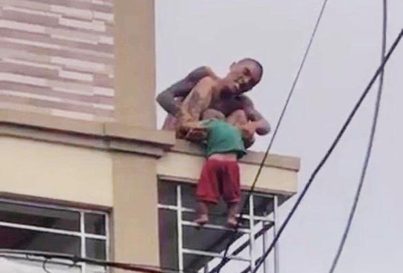 Người đàn ông dùng ma túy trước khi ném con xuống đất - Ảnh 1.
