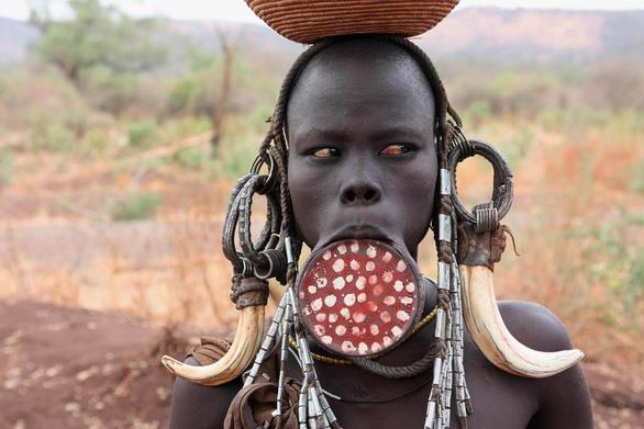 10 bộ lạc sống tách biệt và bí ẩn nhất thế giới hiện đại - Ảnh 9.