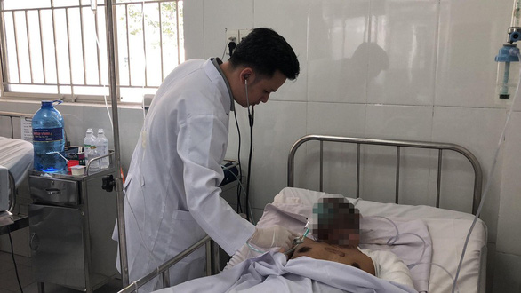 Tài xế xe bồn phỏng nặng, đang điều trị ở bệnh viện Chợ Rẫy - Ảnh 1.