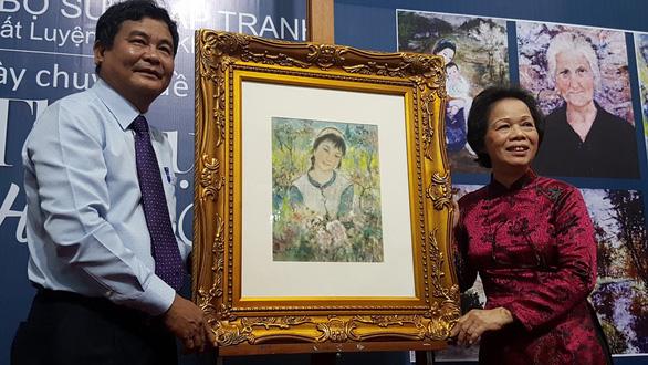 Xem tranh tại triển lãm Lê Thị Lựu - Ấn tượng hoàng hôn - Ảnh 1.