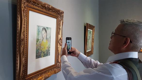 Xem tranh tại triển lãm Lê Thị Lựu - Ấn tượng hoàng hôn - Ảnh 4.