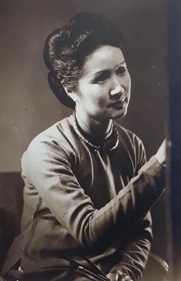Xem tranh tại triển lãm Lê Thị Lựu - Ấn tượng hoàng hôn - Ảnh 3.