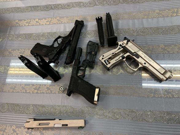Bắt giữ hành khách mang 3 khẩu súng từ Pháp về Việt Nam - Ảnh 1.